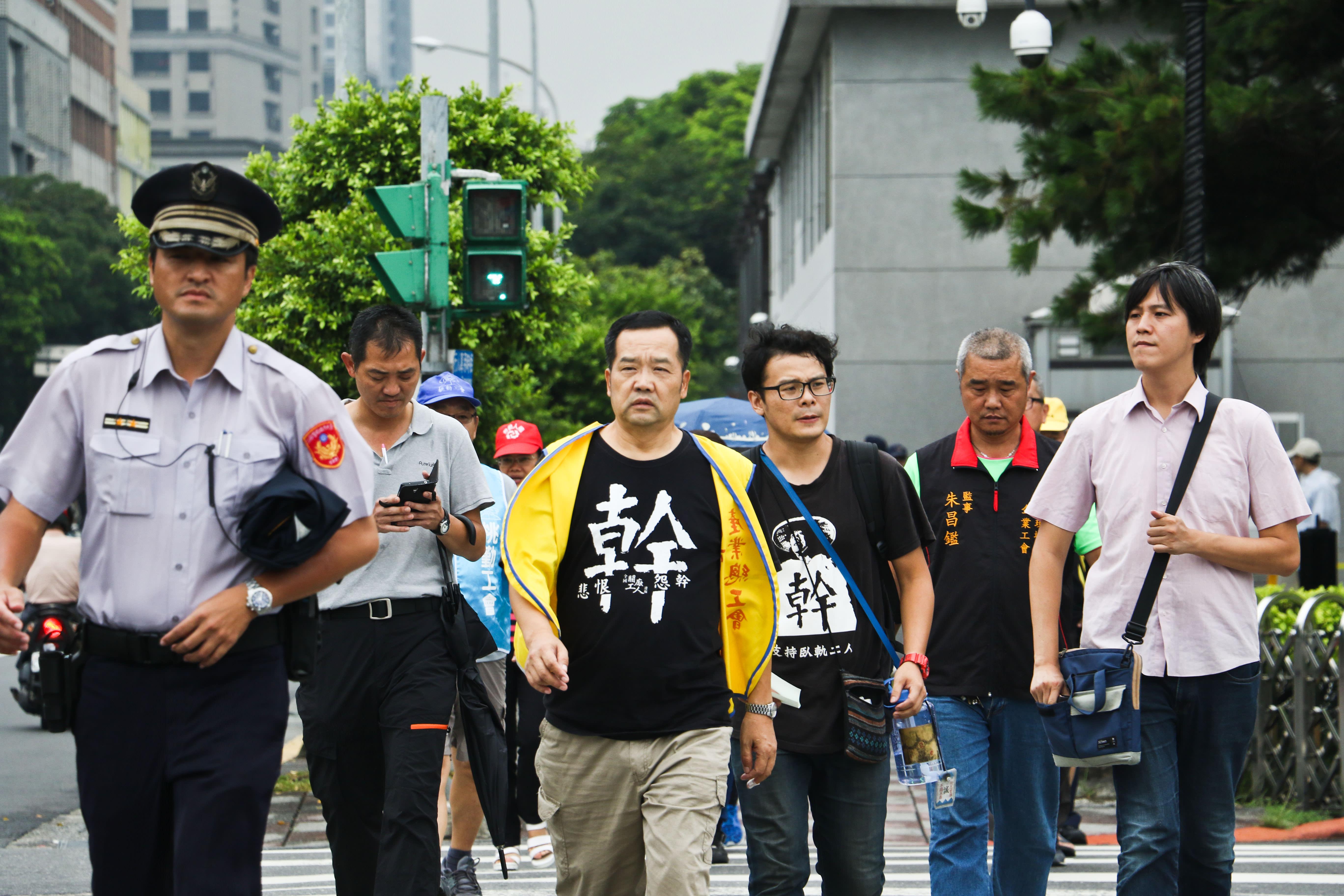 各工會代表進入總統府結束會面後,走回南廣場。